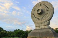 Dharmacakra ou a roda da doutrina em Phutthamonthon, província de Nakhon Pathom, Tailândia imagens de stock