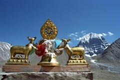 Dharmachakra en el tejado del gompa de Driraphuk del monasterio budista Fotografía de archivo