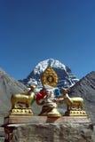 Dharmachakra en el tejado del gompa de Driraphuk del monasterio budista Imagen de archivo libre de regalías