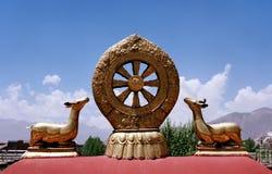 Dharmachakra en el tejado del templo de Jokhang en Lasa Fotos de archivo libres de regalías
