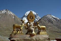Dharmachakra no telhado do gompa de Driraphuk do monastério budista Imagem de Stock