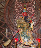 Dharmapala (protector del dharma), templo budista en Pekín, China. Imagen de archivo