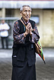 Dharmshala, Indien, am 7. September 2010: Tibetanische alte betende Frau Stockfoto
