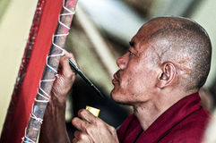Dharmshala, Indien, am 6. September 2010: Tibetanischer Mönch malend Lizenzfreies Stockfoto