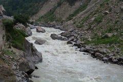 Dhauliganga jest jeden sześć źródeł strumieni Ganges rzeka, Uttarakhand, India zdjęcia stock