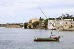 Dhaw de navigation et paysage de mer d'île de la Mozambique Image libre de droits