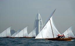 Dhaw naviguant à l'Arabe d'Al de Burj Image stock