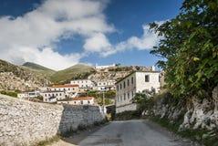 Dhermi传统村庄视图在南阿尔巴尼亚 免版税库存照片