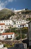 Dhermi传统村庄视图在南阿尔巴尼亚 库存图片