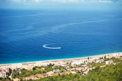 Dhermi著名海滩的鸟瞰图在爱奥尼亚海在阿尔巴尼亚 库存照片