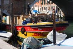 DHL ładunku łódź Wenecja Fotografia Royalty Free