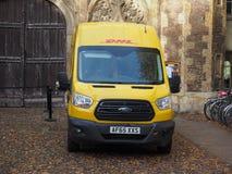 DHL bestelwagen in Cambridge stock afbeelding