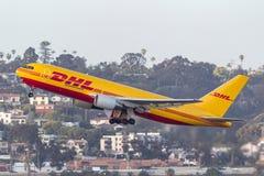 DHL Boeing 767 ładunku samolot odjeżdża San Diego lotnisko międzynarodowe zdjęcie royalty free