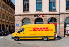 DHL doręczeniowy samochód dostawczy opuszcza po zakłócać pakuneczki Obraz Stock