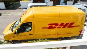 DHL Doręczeniowy żółty samochód dostawczy Zdjęcia Royalty Free