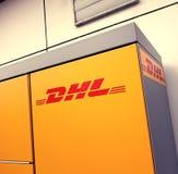 DHL embleem op pakstation Stock Fotografie