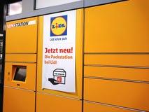 DHL embleem op pakstation binnen een LIDL-supermarkt Royalty-vrije Stock Afbeeldingen