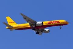 DHL 757 en el cielo azul claro Imágenes de archivo libres de regalías