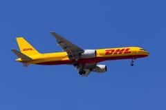 DHL 757 en el cielo azul claro Fotos de archivo libres de regalías