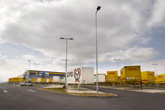 DHL en van DPD verschepende containers voor de logistiek die van Amazonië op 12 Maart, 2017 in Dobroviz, Tsjechische republiek vo Royalty-vrije Stock Fotografie