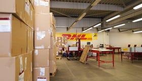 DHL-Lager mit Paketkästen der unterschiedlichen Größe Lizenzfreie Stockbilder
