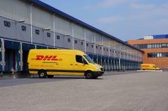 DHL leveranslastbil Arkivfoto
