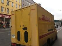 DHL leveransskåpbil arkivbilder