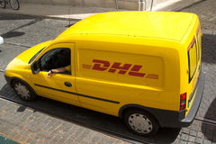 DHL leveransskåpbil Royaltyfria Foton