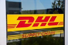 DHL Leveringsketen plaats DHL ontwikkelt een nieuwe vloot van 63 elektrische leveringsbestelwagens in U S I stock afbeelding