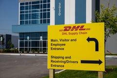 DHL Leveringsketen plaats DHL ontwikkelt een nieuwe vloot van 63 elektrische leveringsbestelwagens in U S II royalty-vrije stock afbeelding