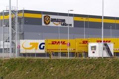 DHL och GLS-sändningsbehållare framme av amasonlogistikbyggnad på mars 12, 2017 i Dobroviz, Tjeckien Royaltyfria Bilder