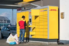 DHL Parcelstation in den Niederlanden Stockfoto