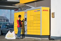 DHL Parcelstation in den Niederlanden Lizenzfreie Stockfotos