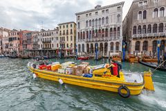 DHL postboot in Grand Canal Stock Fotografie