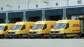 DHL samochody dostawczy przed ładowniczym dokiem Fotografia Royalty Free
