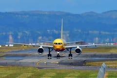 DHL Tasman lastflygbolag Boeing 757 i storslaget turnerar Jeremy Clarkson livré som åker taxi på Auckland den internationella fly Royaltyfri Bild