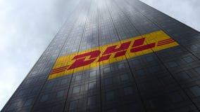 DHL uttrycklig logo på reflekterande moln för en skyskrapafasad Redaktörs- tolkning 3D Royaltyfri Bild