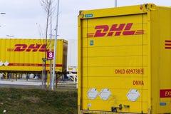 DHL verschepende containers voor de logistiek die van Amazonië op 12 Maart, 2017 in Dobroviz, Tsjechische republiek voortbouwen Royalty-vrije Stock Afbeelding