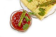 Dhokla met tomaat-ketchup & groene Spaanse pepers Royalty-vrije Stock Foto