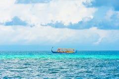 Dhoni Boot im Ozean Stockfotografie