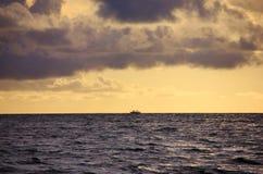 Dhoni segling på solnedgången, Maldiverna Royaltyfri Bild