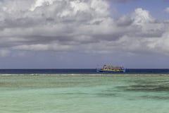Dhoni vor einem wunderbaren Strand in Malediven Stockfotos