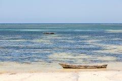 Dhow árabe de madera viejo en el océano Imágenes de archivo libres de regalías