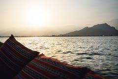 Dhow łódkowaty rejs w Musandam półwysepie w Oman przy zmierzchem Widok od turystycznego żagla statku góry i tradycyjny Omani mias fotografia stock