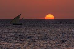 Dhow ενάντια σε ένα ηλιοβασίλεμα ανατολής βραδιού ή πρωινού Στοκ Φωτογραφία