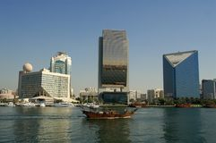 Dhow, der in Dubai Creek kreuzt Stockfoto