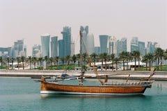 Dhow di Jalibut nella laguna di Doha Immagine Stock
