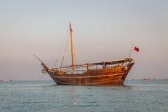 Dhow di legno tradizionale delle barche del Qatar della spiaggia di Katara immagini stock