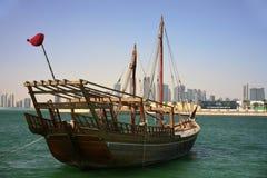 Dhow di Shuwa'i nella baia di Doha fotografia stock