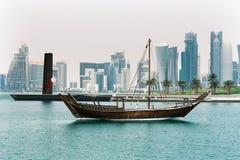 Dhow in doha met torens royalty-vrije stock afbeelding
